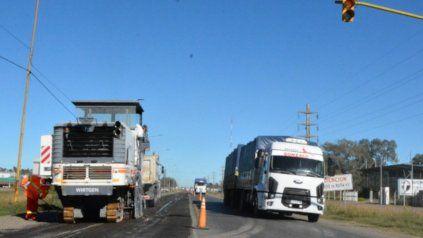 Firmat. La ruta nacional 33 comenzó a ser reparada este martes, luego de los trabajos inconclusos de la gestión anterior.