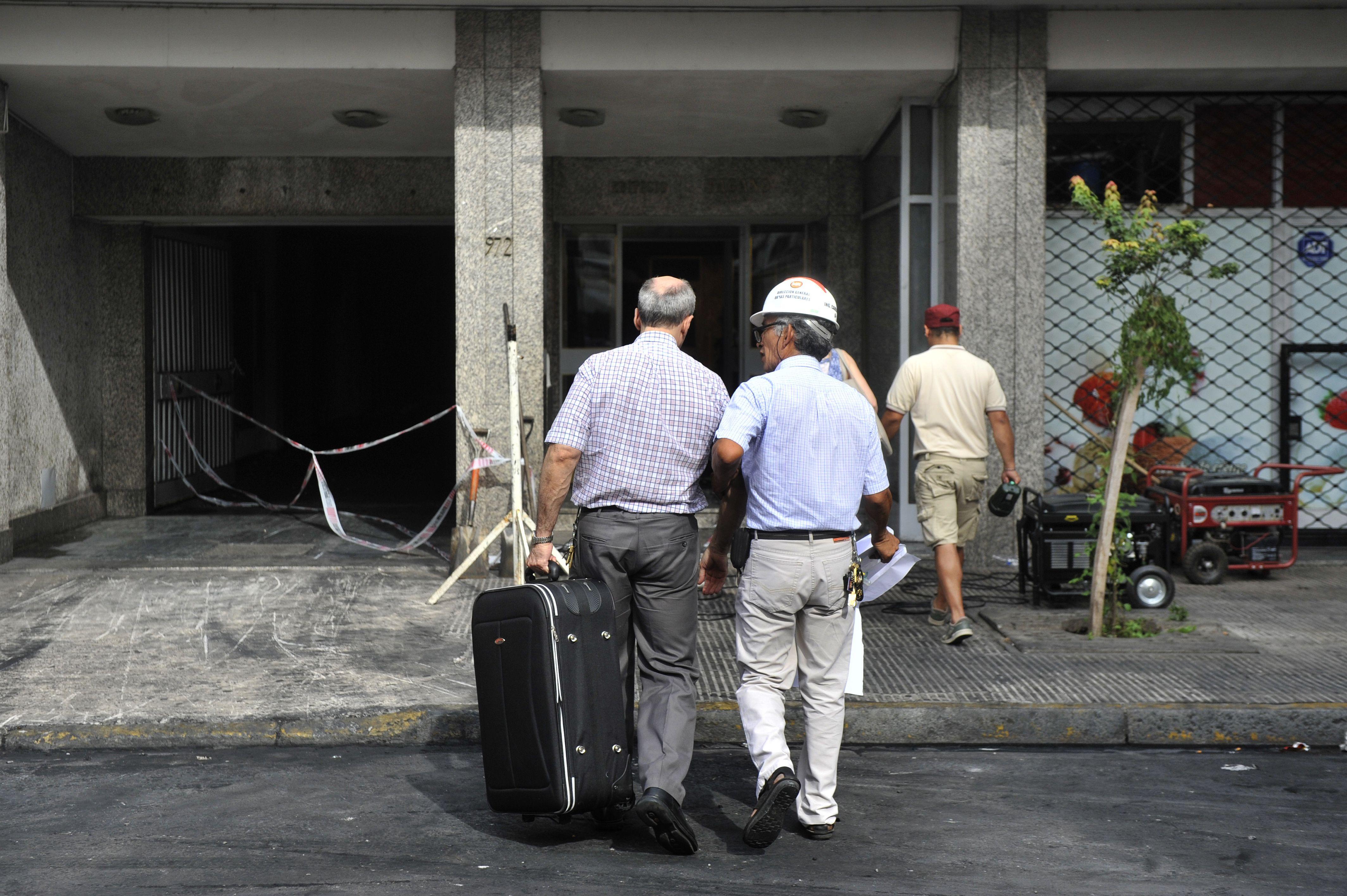 Evaluación ocular. Los habitantes del edificio pudieron acceder ayer a sus hogares para dimensionar los daños.