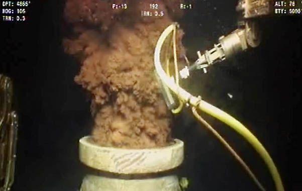 Pavoroso. La toma del pozo de la British Petroleum que estuvo 87 días vertiendo toneladas de crudo al mar.