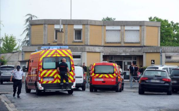 Incomprensible. La escuela de la localidad de Albi donde fue cometido el conmocionante crimen.