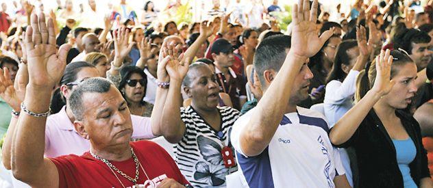 Vigilia popular. Venezolanos oran por la recuperación de Chávez.