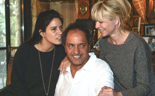 El precandidato junto a su hija Lorena y su esposa Karina Rabolini.