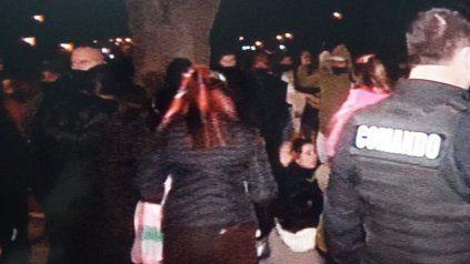 Balas de goma y piedrazos cuando vecinos de Cristalería quisieron linchar a presunto abusador