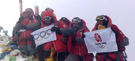 La antorcha olímpica llegó a la cima del monte Everest