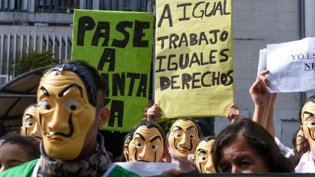 Con una singular protesta pidieron hoy el pase a planta permanente de 250 trabajadores.