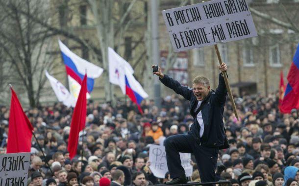 Cientos de manifestantes prorrusos salieron a las calles de Crimea para expresan su apoyo a la anexión a Rusia.