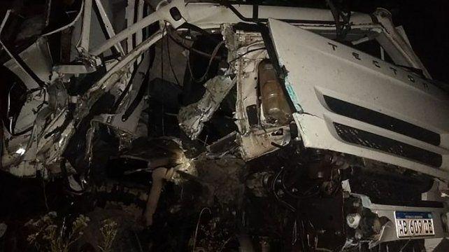 El accidente involucró a tres camiones y el chofer fue embestido por un vehículo de gran porte cuando trataba de auxiliar a un colega