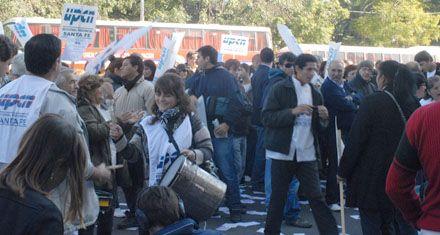 Los estatales protestaron ante la Legislatura por el pase a planta de 2500 trabajadores