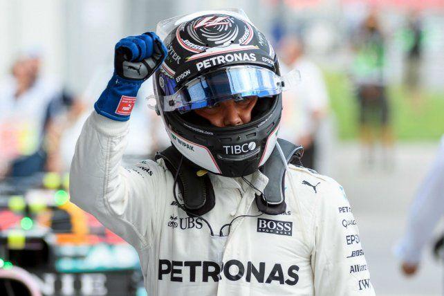 Es tuya. El finlandés de Mercedes celebra la pole position en el Osterreichring. Tiene chances de achicar.