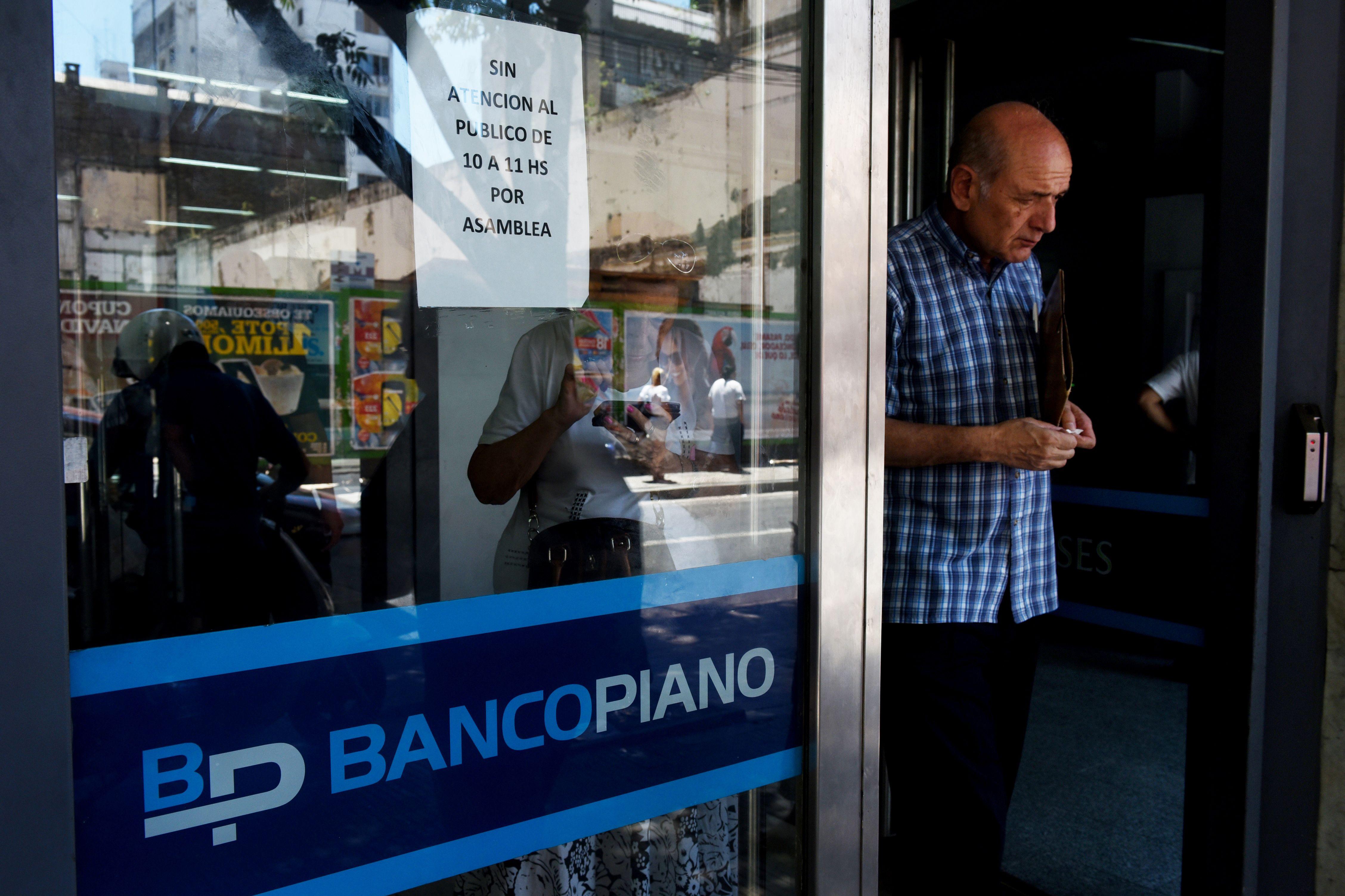Destrato. Trabajadores y clientes sufren la falta de aire acondicionado. (Celina Mutti Lovera / La Capital)