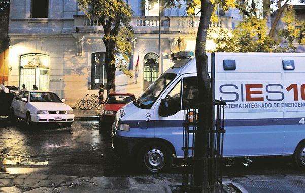 La 5ª. Una ambulancia frente a la seccional de Italia al 2100 el 17 de diciembre