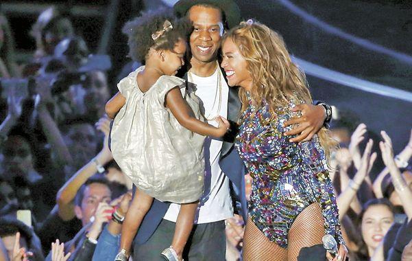 Alegría. Beyonce se emocionó junto a su esposo Jay-Z y su hija Blue Ivy al aceptar el premio Video Vanguard Award.