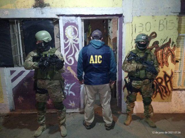 El allanamiento en el cual los agentes de la AIC dieron con A. Lobos E.
