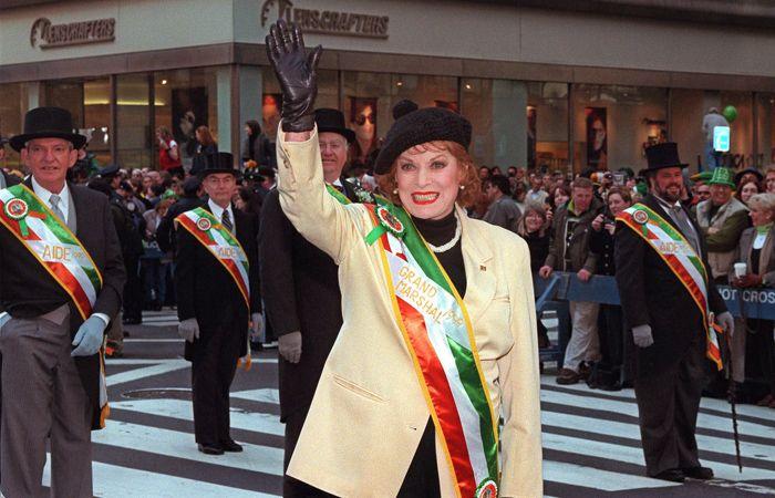 Maureen OHara saluda a la multitud durante un desfile del Día de San Patricio en Dublín. (Foto archivo AP)