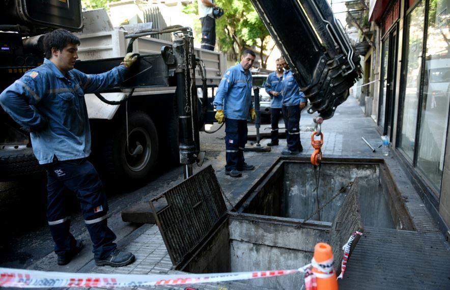 Las cuadrillas de la EPE trabajan esta mañana en una subestación ubicada en San Lorenzo al 1500. (Foto: C. Mutti Lovera)