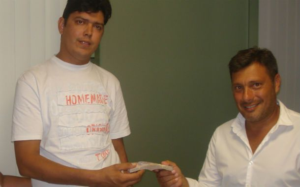 Osvaldo le entrega el premio a Picchetto