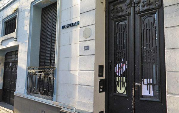 San Juan al 1400. La faja de clausura fue despegada de la puerta del privado allanado once días atrás.