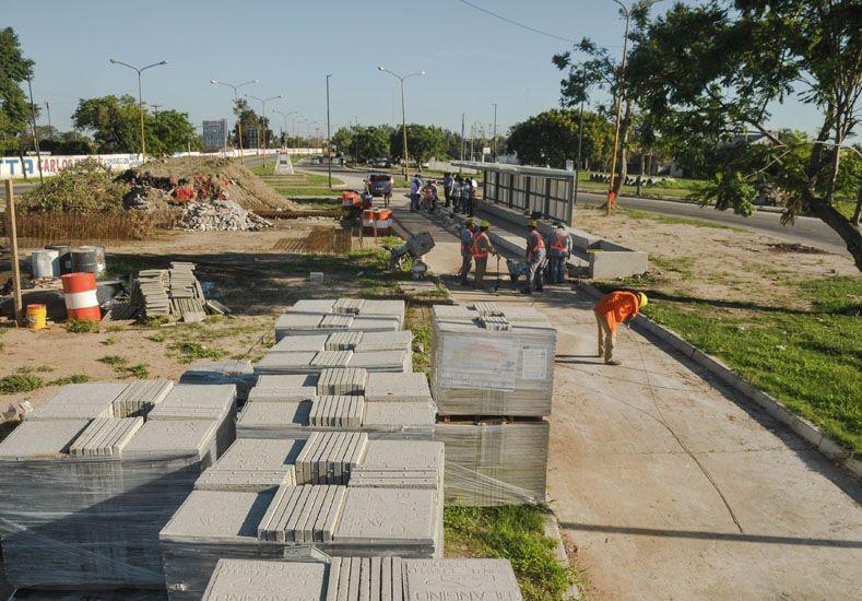 Carril para el transporte. Los trabajos están en un tercio de lo proyectado. La avenida tiene casi 6 kilómetros.