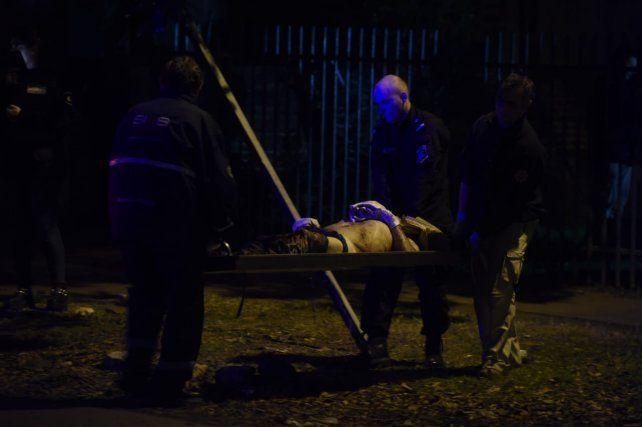 Triste final. El cuerpo de Carlos Viugus es sacado de su casa de zona oeste.