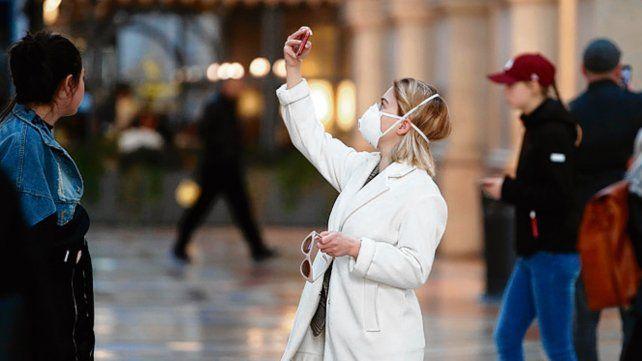 Milán. Una turista recorre la ciudad del norte protegida con un barbijo.