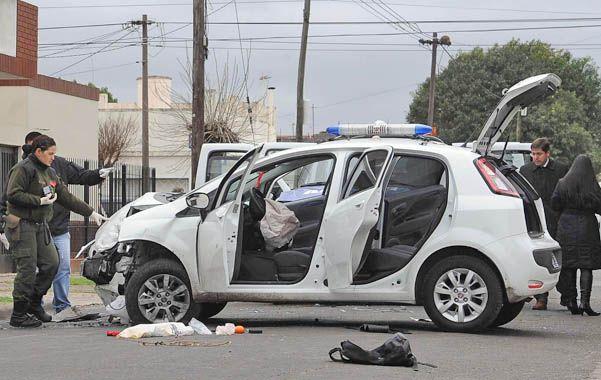 Todo pasó. El Fiat Punto en el que corrían los delincuentes. Uno fue detenido y su compinche consiguió escapar.