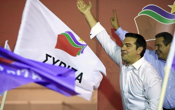 festejo. Tsipras y su aliado nacionalista Kammenos celebran anoche en Atenas. Ahora los espera la dura tarea de implementar las reformas.