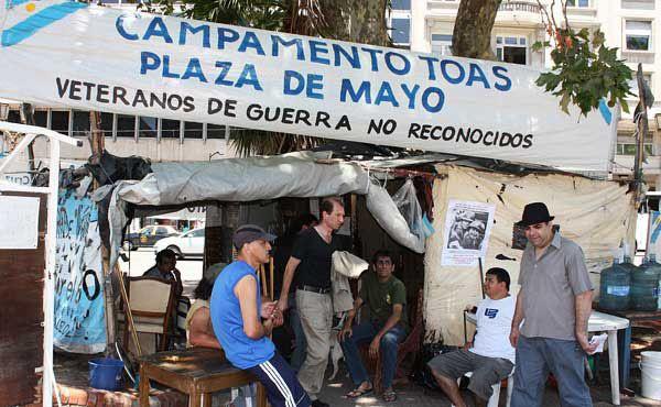 """Ex soldados. Los autodenominados """"veteranos de guerra no reconocidos"""" acampan hace siete años en Plaza de Mayo."""