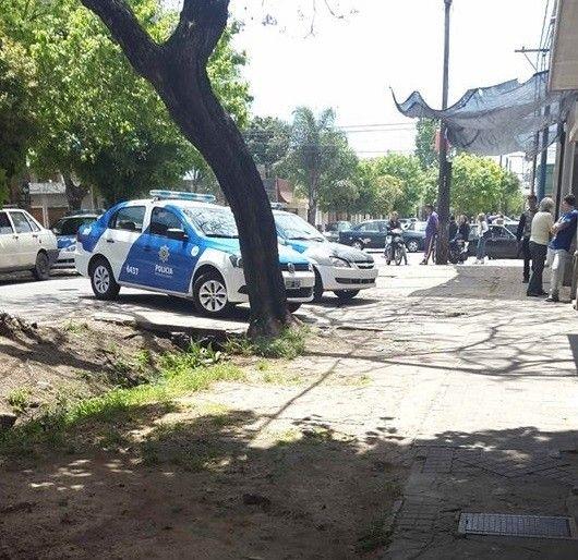 el final. Los patrulleros acorralaron al joven en pasaje Villar y Chacabuco. (Marcelo Bustamante / La Capital)