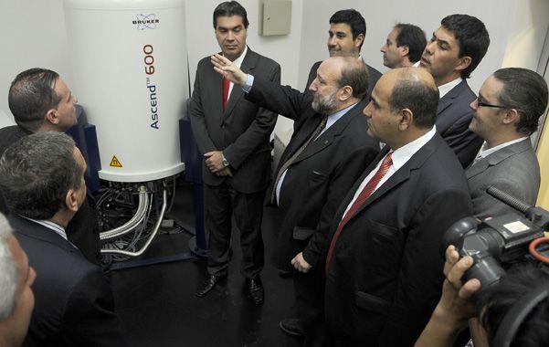 Anfitrión. El rector de la UNR les explica a los funcionarios nacionales que llegaron a Rosario algunos aspectos técnicos del laboratorio. (F.Guillén)