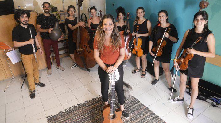 Junto a La Bandurria. La cantante y compositora Dani Lesté (centro) estará acompañada de una orquesta y se sumarán artistas invitados.