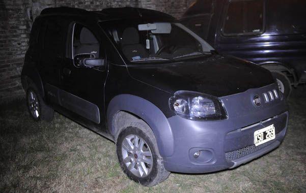 En auto. El Fiat Uno en el que escapó el trío y dentro del cual se hallaron dos vainas servidas de pistolas. (foto: Héctor Rio)