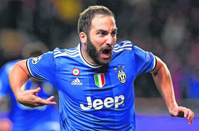 Con toda la furia. Higuaín ya abrió el marcador en Mónaco y corre para festejarlo con la hinchada de Juventus que llegó desde Italia. En el complemento haría el segundo.