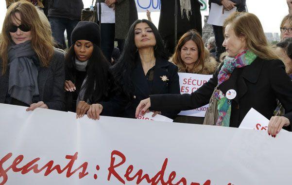 Muestras de apoyo. Carla Bruni y Valerie Trierweiler (extremos) junto a otras personalidades manifiestan en París.
