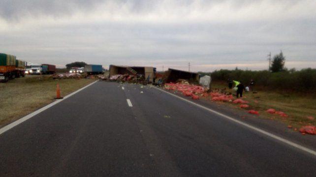 La autopista a Santa Fe está cortada por el vuelco de un camión
