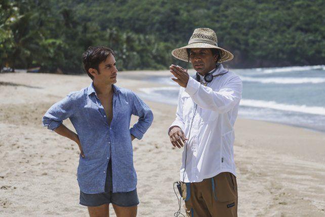 García Bernal y Shyamalan durante el rodaje en República Dominicana.