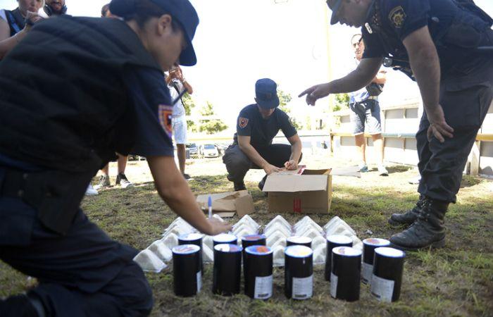 La policía incautó pirotecnia que trasladaban en cajas. (Foto: Alfredo Celoria / La Capital)