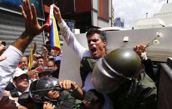 Marcha preso. López arenga a seguidores mientras es trasladado detenido a una cárcel en las afueras de Caracas.