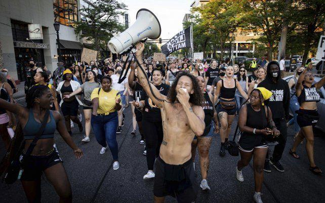 Miembros de la comunidad afroamericana marchan en Minneapolis