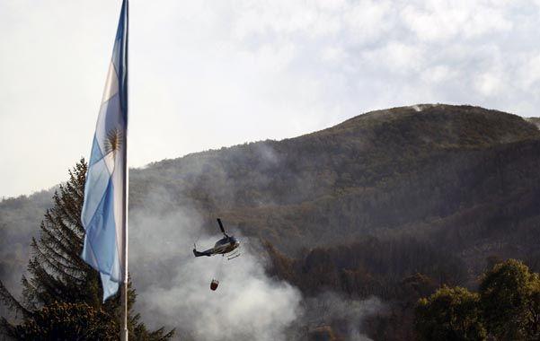 helibalde. Una aeronave lucha contra el fuego en el Parque Los Alerces.