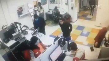 El curioso incidente fue registrado por las cámaras de seguridad de una oficina postan en Kiev, Ucrania.