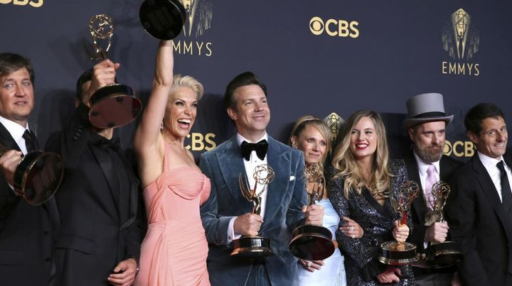 El elenco de The Crown con las estatuillas obtenidas en los premios Emmy 2021.