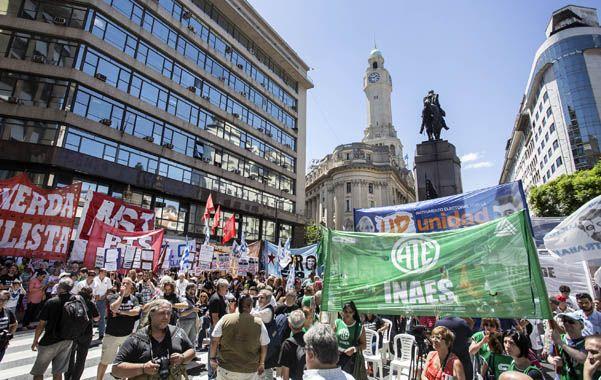 Protesta. Abrazo simbólico de trabajadores por la intervención del Indec.