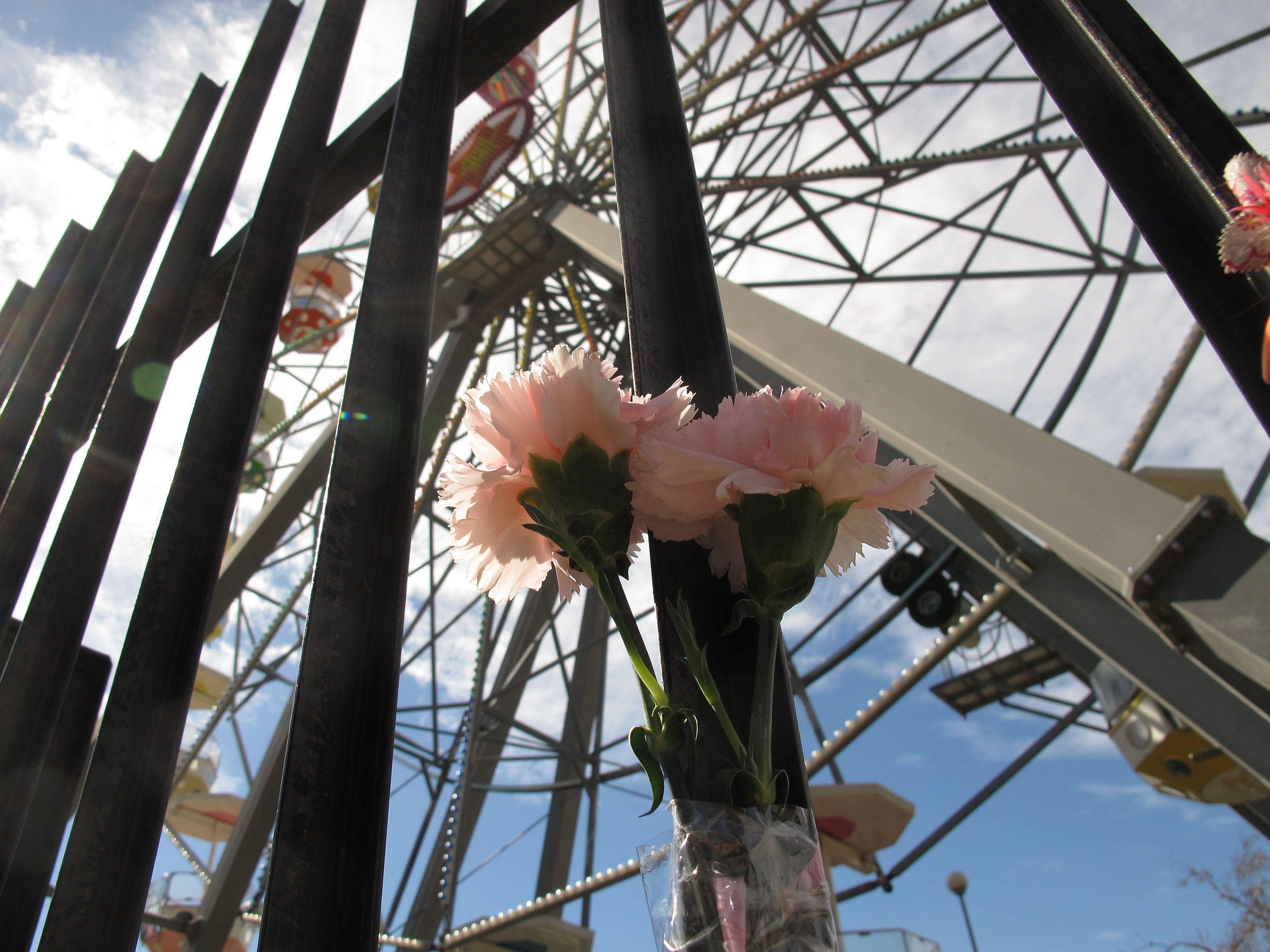 El parque de diversiones amaneció hoy con algunas ofrendas en solidaridad con las víctimas. (Foto: A. Celoria).
