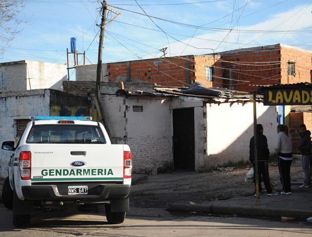 Efectivos de la policía provincial y de Gendarmería realizaban varios allanamientos en zona sur. (Foto:F.Guillén)