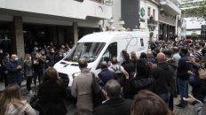 Familiares, allegados y militantes despidieron al ex gobernador Miguel Lifschitz con rosas rojas, emoción y aplausos.