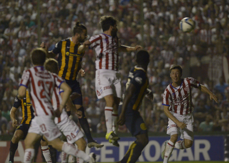 Larrondo impactó la pelota con el parietal izquierdo para apretarla junto al palo del arco tatengue y llenarse la boca de gol.
