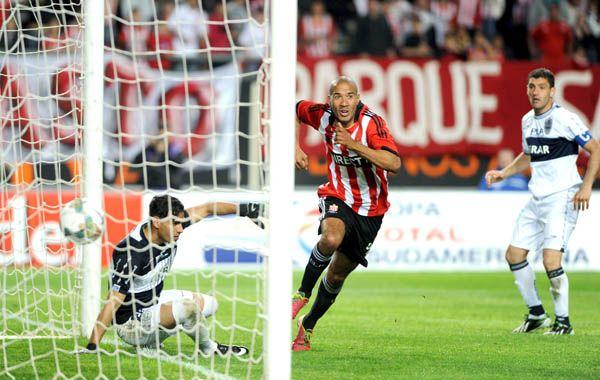 El uruguayo Vera ya empujó la pelota al gol y comienza el festejo.
