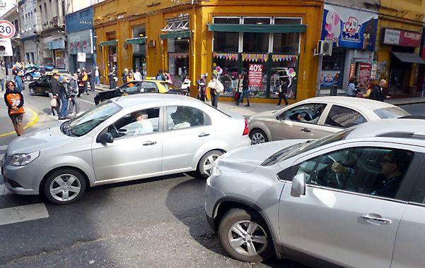 Días de furia. Una postal de una esquina céntrica de la ciudad: congestión vehicular