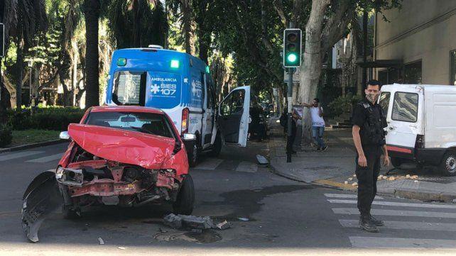 Impactante choque entre un automóvil y un utilitario en Oroño y Córdoba