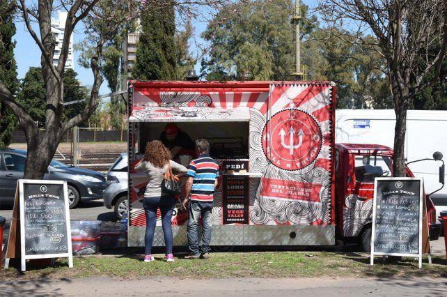 En marcha. Tres food trucks comenzaron a funcionar en el Parque Sunchales.